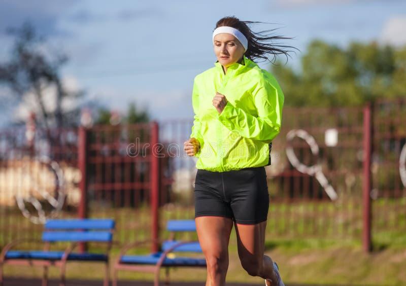 跑步的概念 专业母赛跑者画象在期间 免版税库存图片