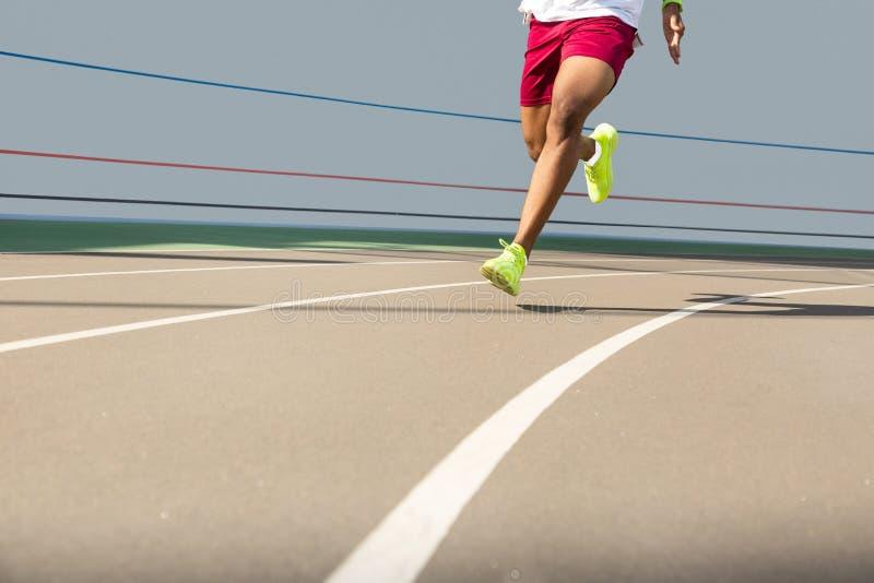 跑步肌肉非裔美国人的年轻男性的腿户外 库存图片