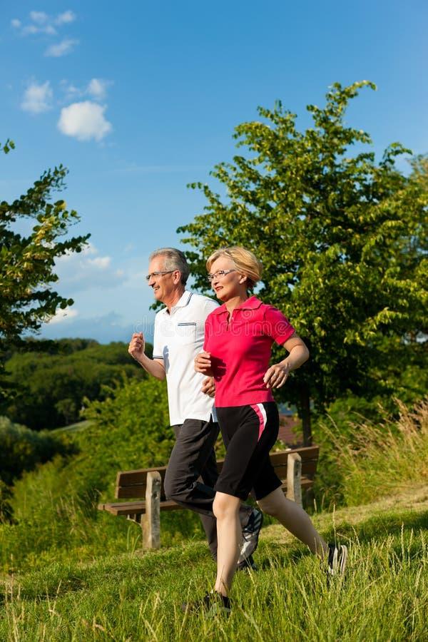 跑步高级体育运动的夫妇 免版税库存图片