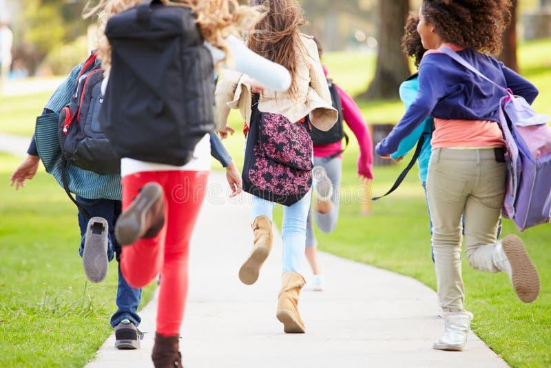 跑沿道路的孩子背面图在公园 库存图片