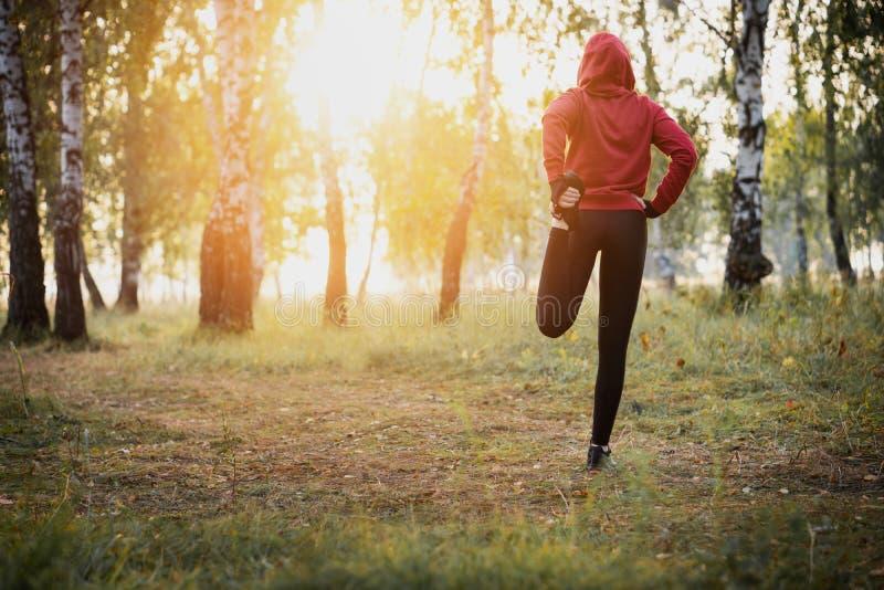跑的舒展-做锻炼的妇女赛跑者在公园 图库摄影
