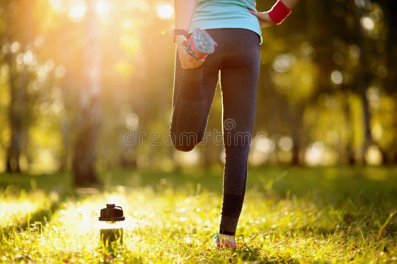 跑的舒展-赛跑者佩带的smartwatch 免版税图库摄影