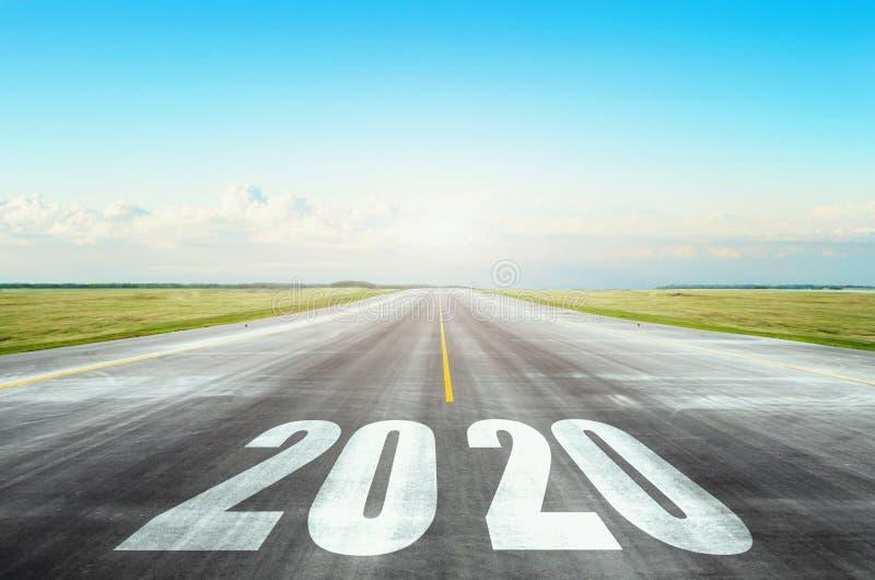 跑道有题字的柏油路与天空蔚蓝的2020年 新的目标和事物起点的概念  库存照片