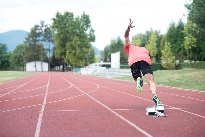 跑道竞技轨道的人. 赛跑者, 健身.图片