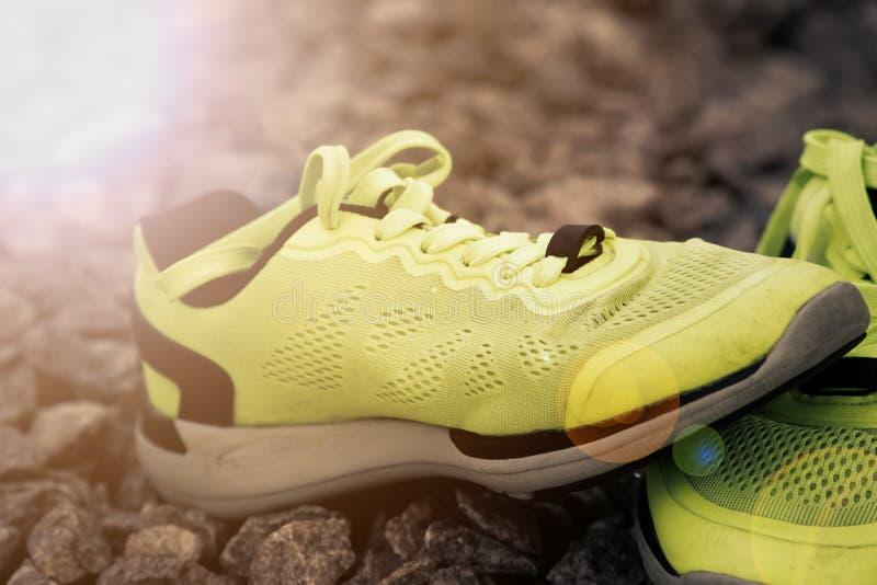 跑鞋在公园,特写镜头运动鞋 在实践前的跑鞋 体育活跃生活方式概念 太阳射线光 免版税库存照片