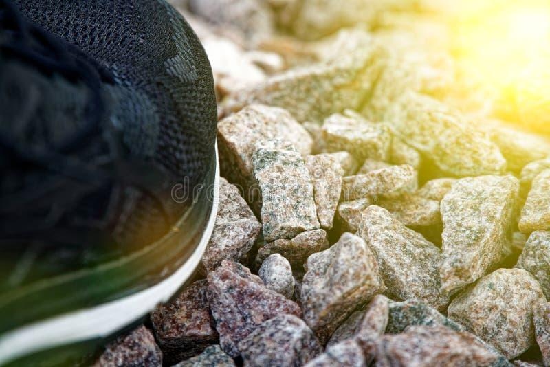 跑鞋在公园,特写镜头运动鞋 在实践前的跑鞋 体育活跃生活方式概念 太阳射线光 图库摄影