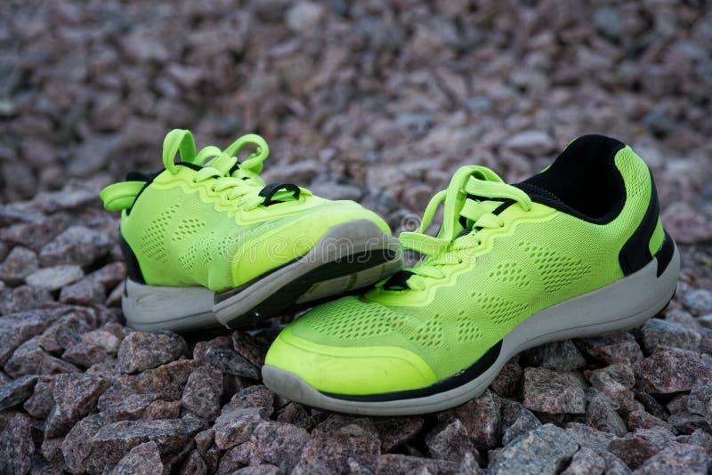 跑鞋在公园,特写镜头运动鞋 在实践前的跑鞋 体育活跃生活方式概念 太阳射线光 免版税库存图片