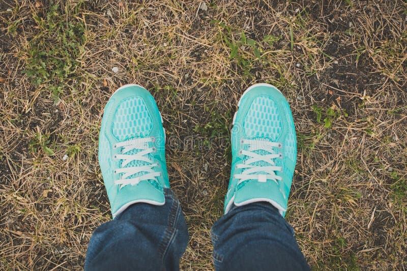 跑鞋特写镜头在草-概念图象的 图库摄影