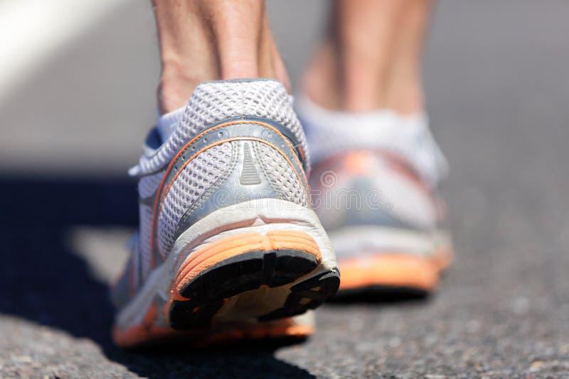 跑鞋脚跑步在路的特写镜头人 免版税库存图片
