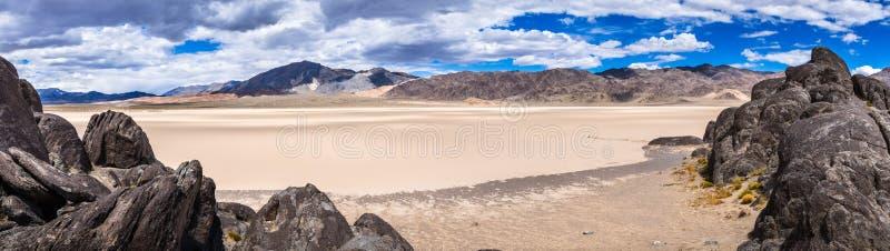 跑马场从正面看台采取的Playa,死亡谷国家公园,加利福尼亚的全景 免版税库存图片