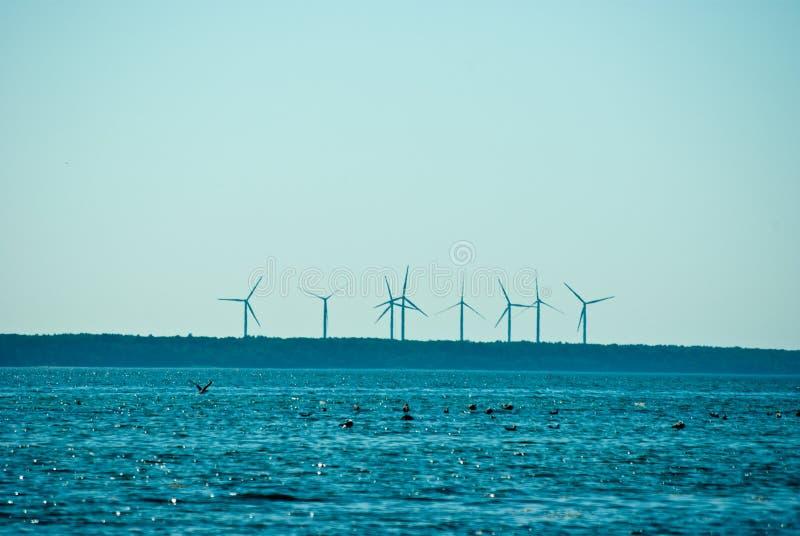 距离转动的风车 免版税库存照片