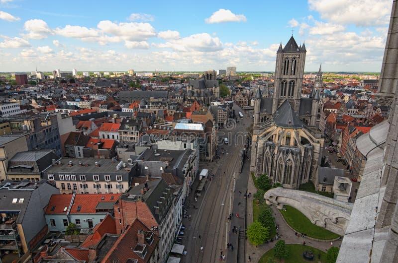 跟特鸟瞰图从钟楼的 美好的中世纪大厦和圣尼古拉`教会 免版税图库摄影