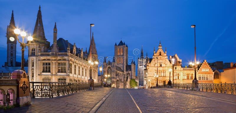 跟特,比利时- 2012年6月24日:从圣迈克尔s桥梁看到尼古拉斯教会和城镇厅在晚上 库存照片