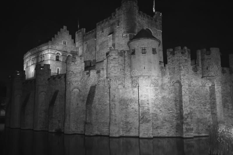 跟特,比利时- 11月5 :在Gravensteen城堡的夜视图 库存照片