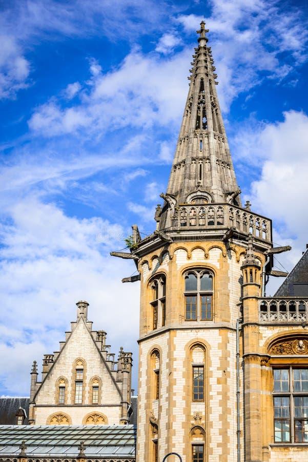 绅士城市与graslei区和guildenhuis塔天阳光的比利时细节与白色云彩