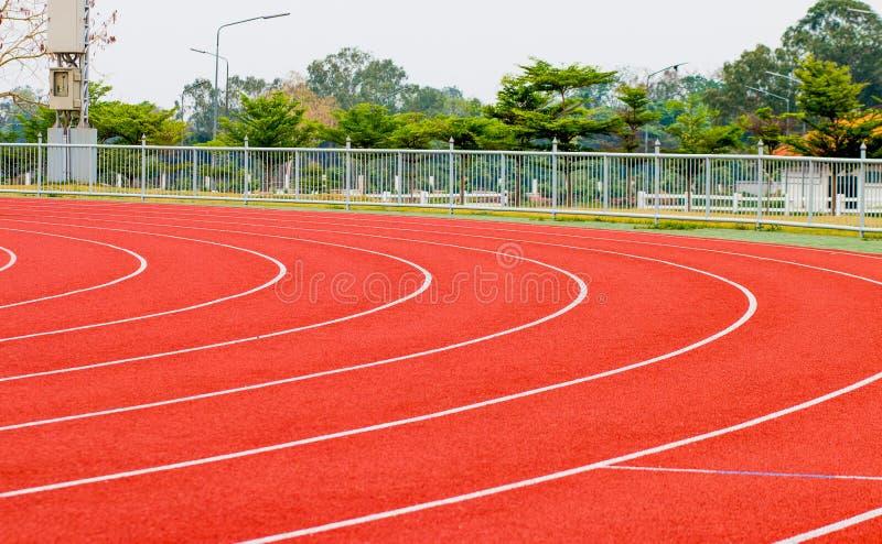 跟踪赛跑、红色踏车竞技的和竞争 免版税库存照片