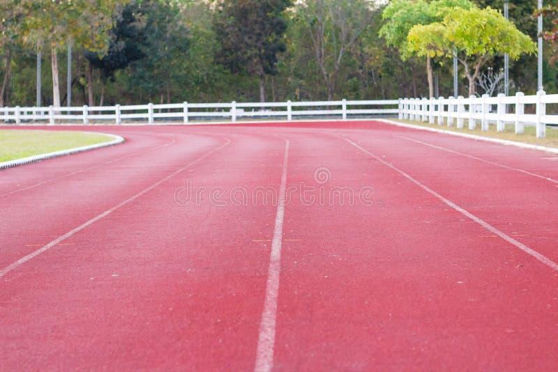 跟踪赛跑,在运动场的红色踏车 库存图片