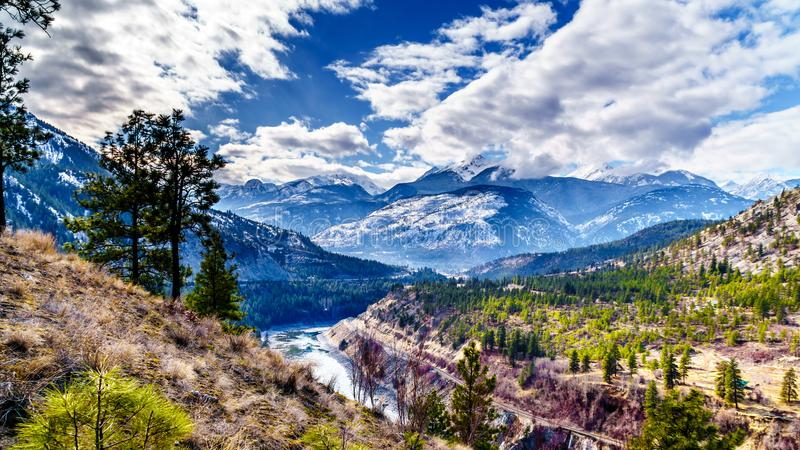 跟随汤普森河的著名费沙尔峡谷路线,它流经沿海山的积雪的山 免版税库存照片