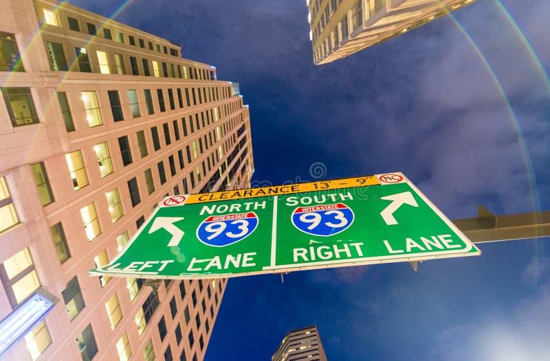 跨境路标在晚上街市 免版税库存照片