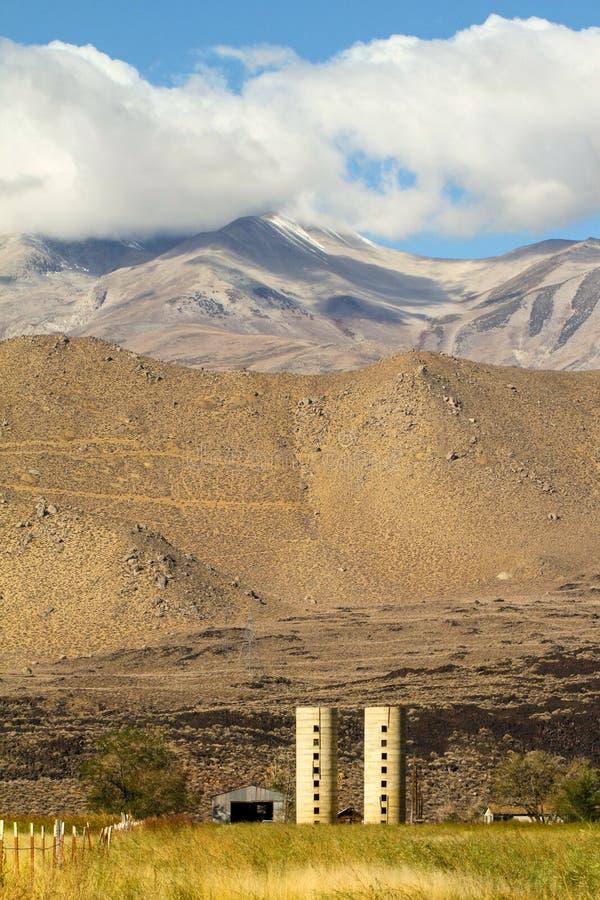 跨境395的老农场在SE山脉的脚 免版税库存照片