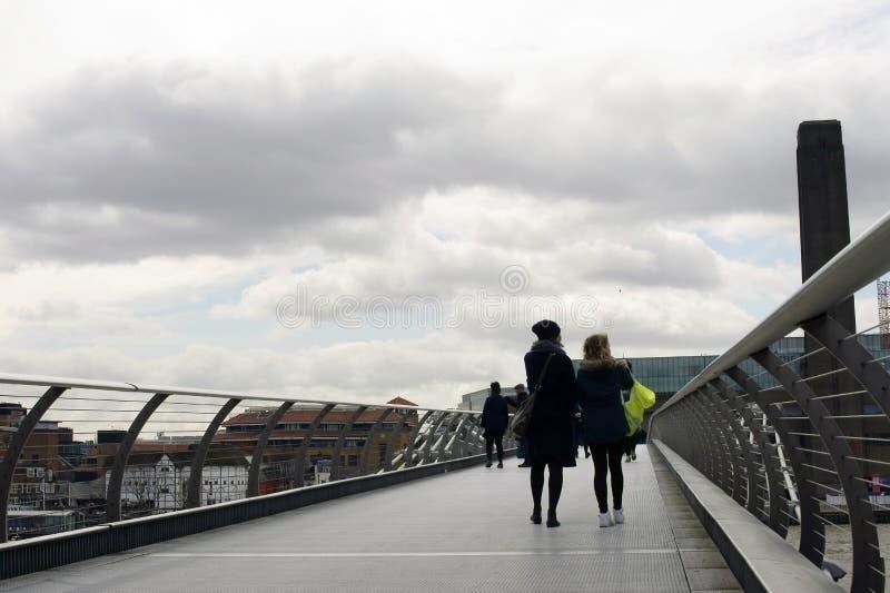 Download 跨接伦敦千年 编辑类库存图片. 图片 包括有 王国, 知道, 画廊, 人们, 著名, 安排, 云彩, 工厂 - 59105419