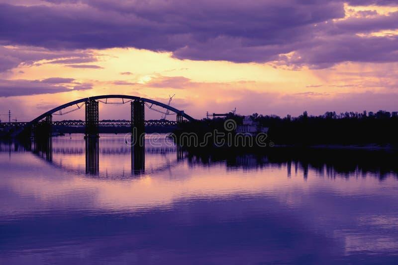 跨接在河Dnieper duaring的日落时间水表面的反射  免版税库存照片