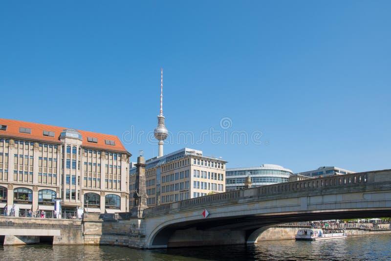 跨接横穿与大厦和电视塔的河狂欢在背景中 免版税库存图片