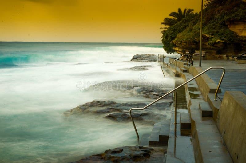 跨步入海浪 库存图片