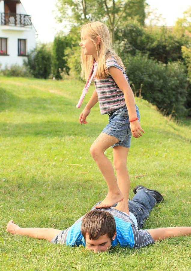 跨步在年轻人的赤足女孩 免版税图库摄影