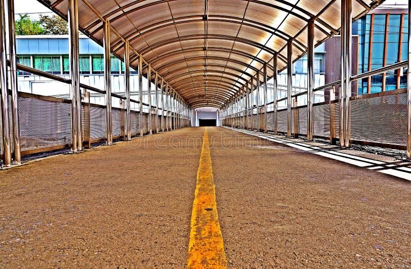 跨线桥或天桥人步行的不锈钢屋顶 库存照片