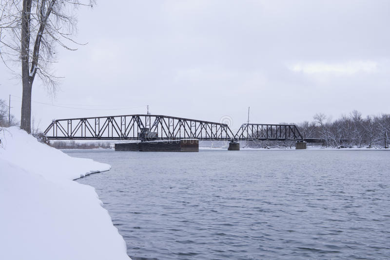 在密西西比河的南圣保罗平旋桥 库存图片