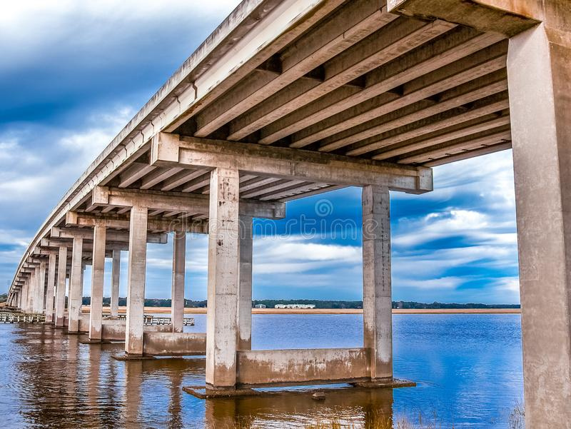 跨过浅水区的具体桥梁 图库摄影