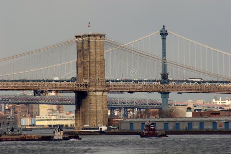 跨过East河的曼哈顿和布鲁克林大桥 图库摄影