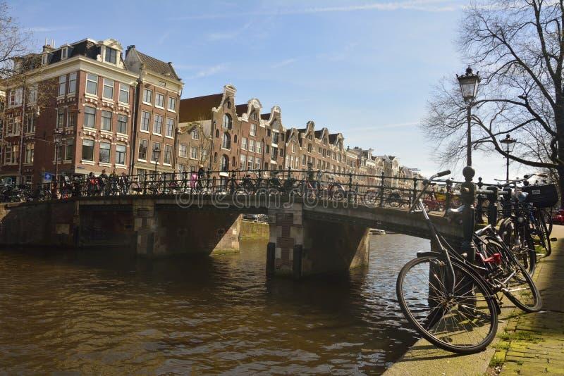 跨过Prinsengracht运河的Reestraat桥梁看法在阿姆斯特丹 免版税库存图片