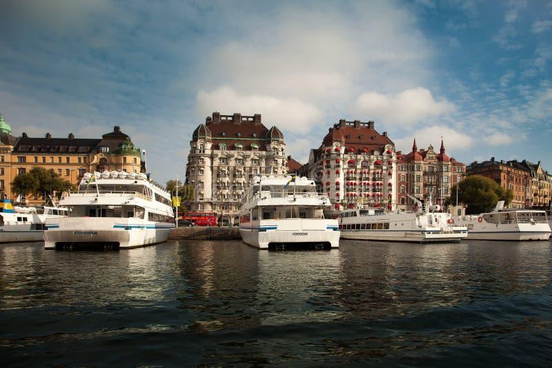 水路、小船和美丽的老大厦在斯德哥尔摩,瑞典 免版税库存图片