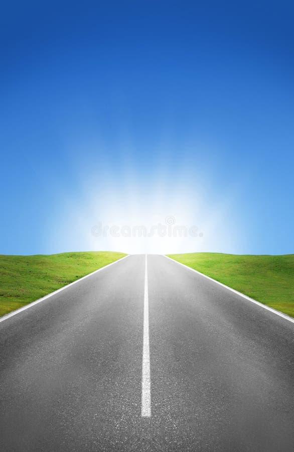 路、领域和蓝天 库存图片