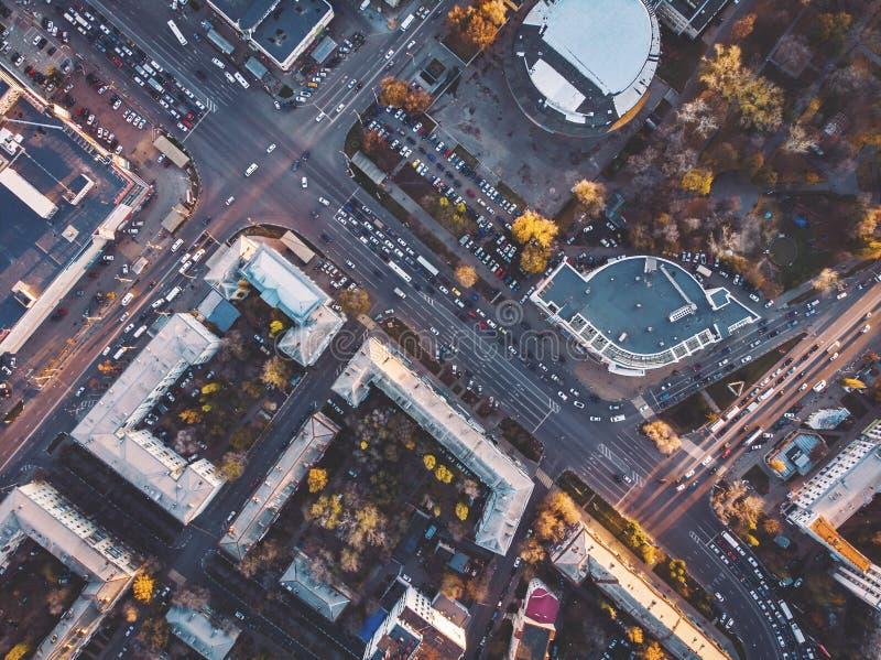 路交叉点和连接点顶视图在中间地区,在都市大厦中的汽车通行 免版税库存图片