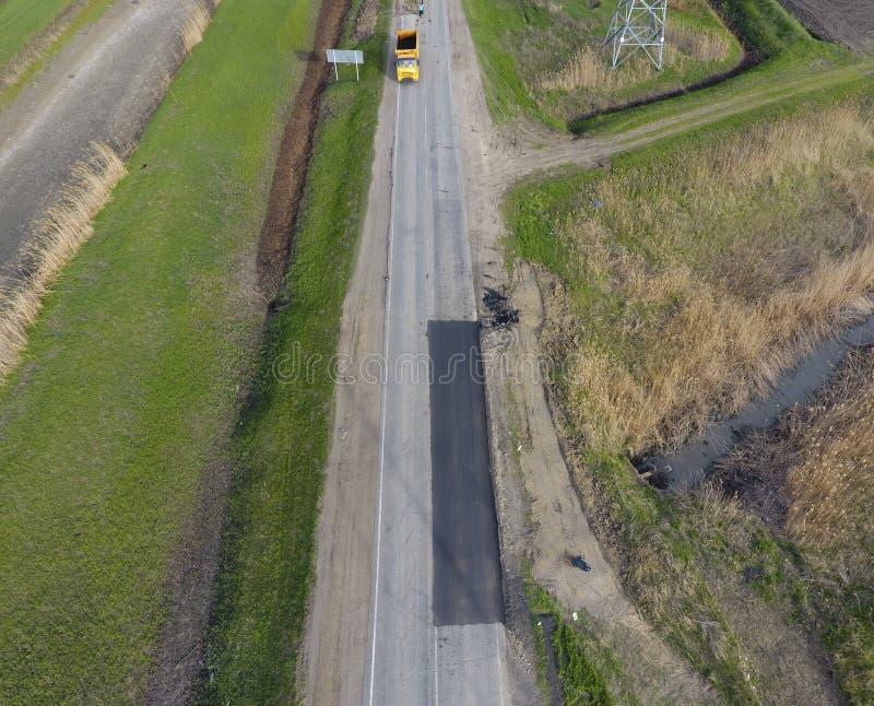 路修理的顶视图 沥青修理的技术  沥青路面的替换 库存照片