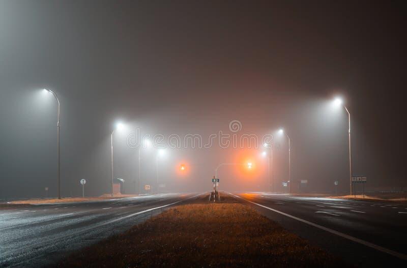 路光照亮空的轨道 免版税库存照片