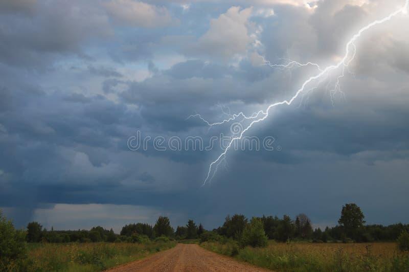路农村天空风暴 免版税库存图片