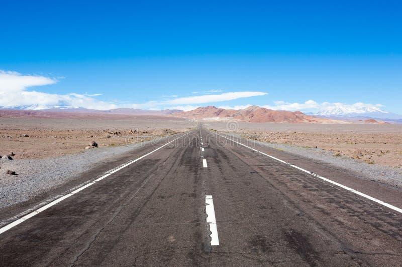 路向圣佩德罗de阿塔卡马高原,智利风景 免版税库存照片