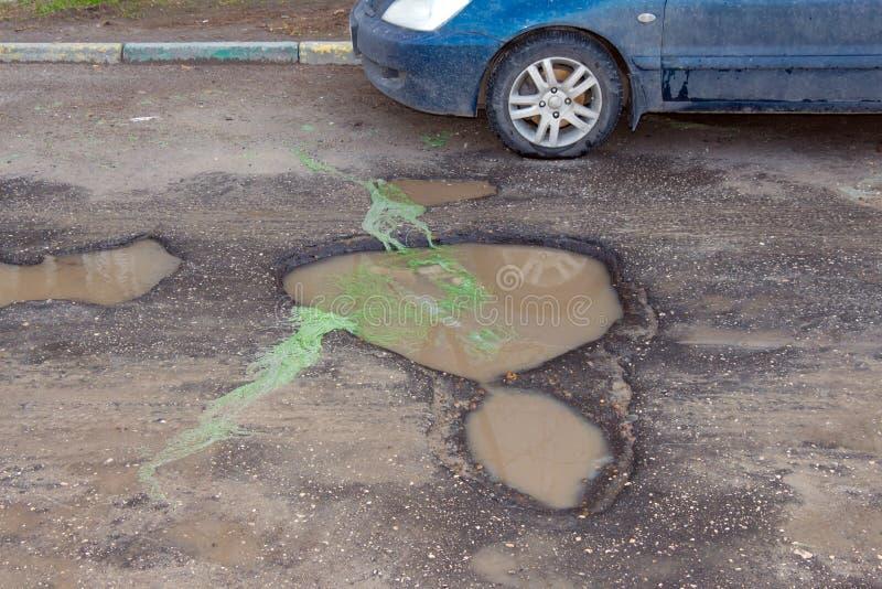 路和一个大坑用水 免版税图库摄影