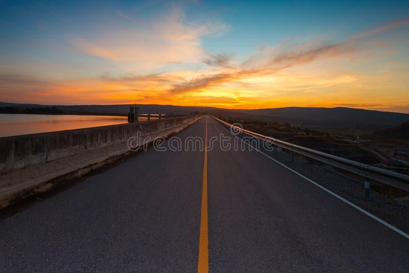 路和五颜六色的日落 库存照片