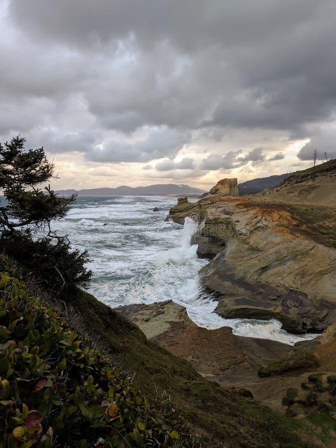 路和光在海边峭壁在晚上 免版税库存照片