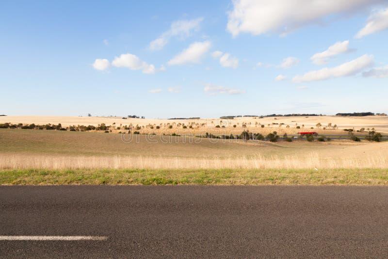 路和小山背景 库存图片