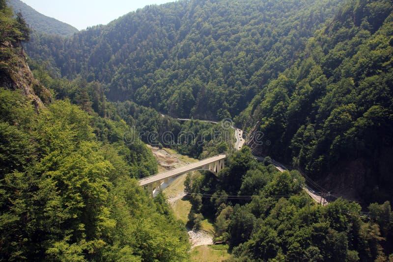 路和桥梁在山 免版税库存图片