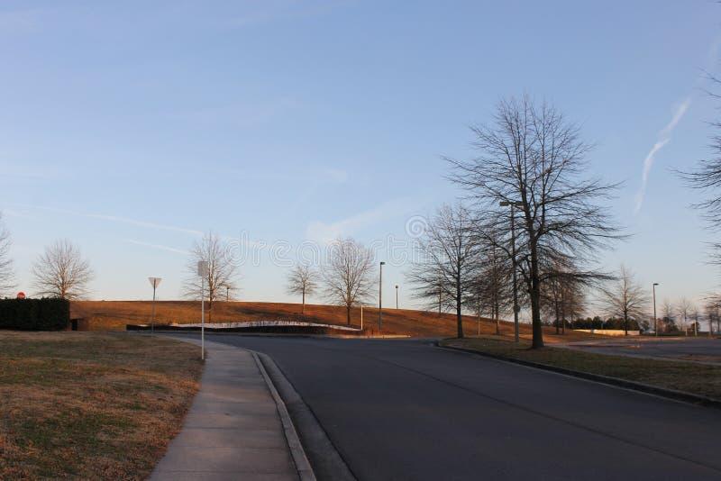 路和边路在冷气候与蓝天 免版税库存照片