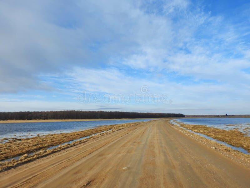 路和领域在洪水,立陶宛 免版税图库摄影