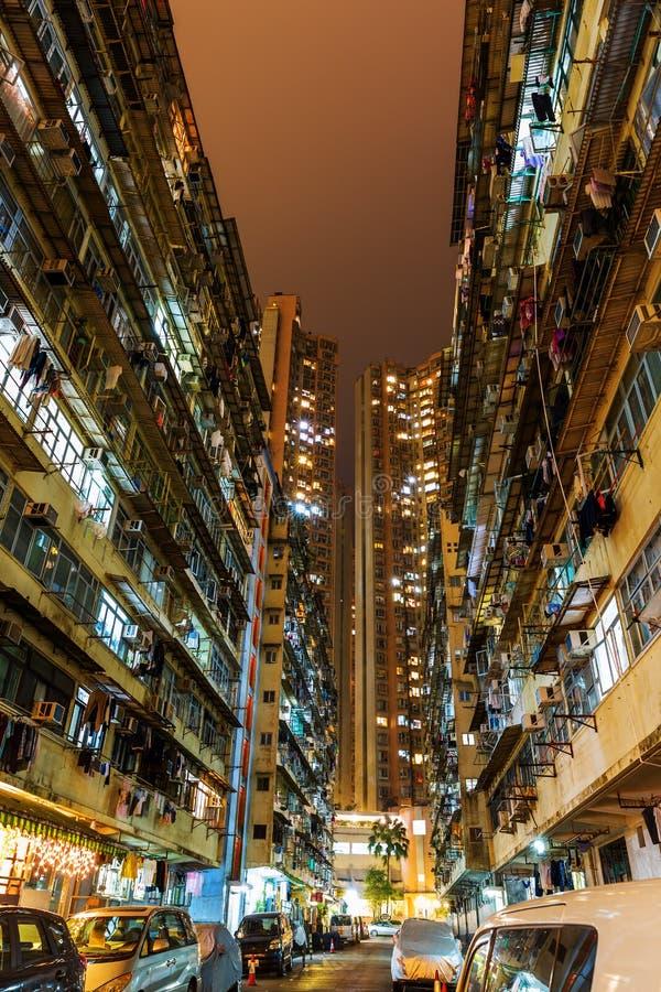 路在一个居住区的晚上在猎物海湾,香港 免版税库存图片