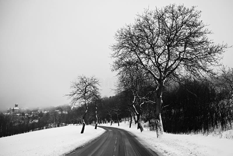 路在冬天 斯诺伊汽车的山道路 旅行和安全驾驶的概念在冬天乘汽车 库存图片